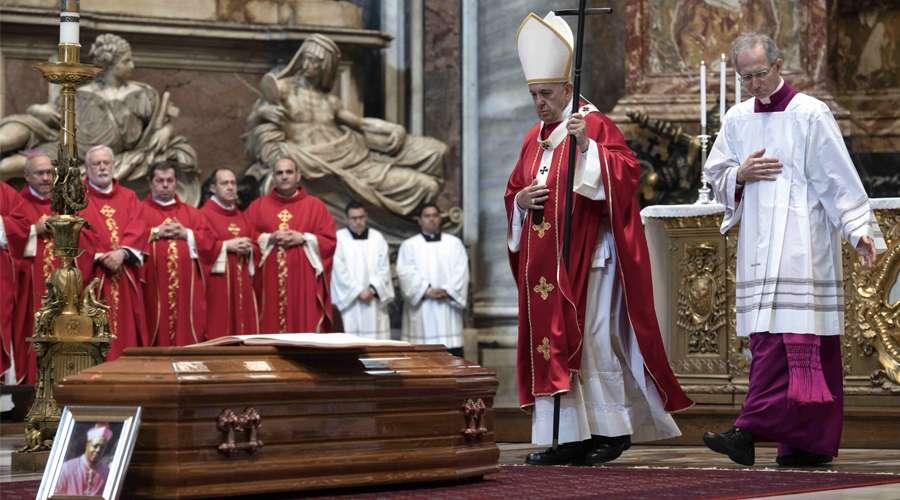 Papa_FuneralNuncioArgentina_150619_VaticanMedia