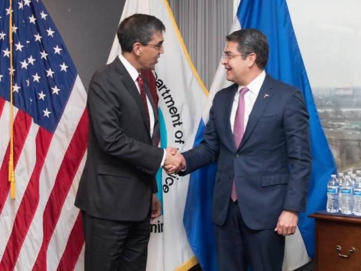 Administrador interino de la DEA, Uttam Dhillon, y presidente Hernández